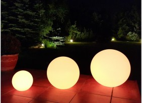 Lampy ogrodowe - świecące kule ogrodowe w różnych kolorach.