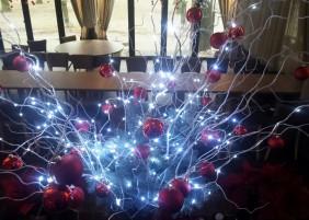 Wachlarz lampek mini LED na giętkim srebrnym drucie, przykład dekoracji, kolor zimny biały