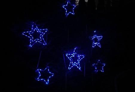 Zestaw 6 gwiazd z węża LED: 3x45cm + 3x30cm. Kolory niebieski i zimny biały, co 10 LED migający.