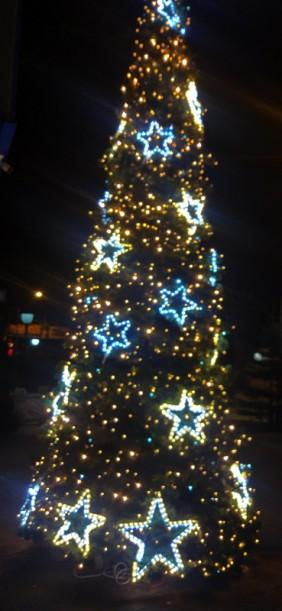 Przykład dekoracji z użyciem gwiazdy LED. Figury świąteczne LED