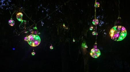 W każdej żarówce 6 diod LED. Efektowne oświetlenie ogrodowe - girlanda LED