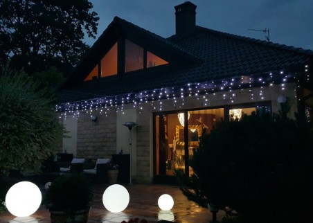 Zwisające sople LED - kurtyna świetlna
